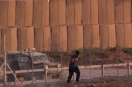 شبان يقتحمون السياج ويستولون على معدات عسكرية شرق خانيونس