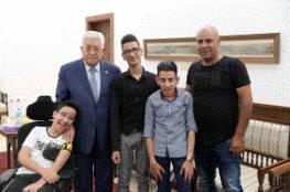 الرئيس يستقبل مواطنا من القدس برفقة أبنائه