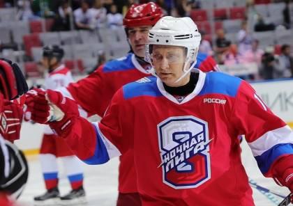 شاهد.. بوتين يتألق ويسجل عشرة أهداف في مباراة لهوكي الجليد