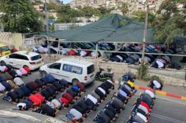 مئات المقدسيين يؤدون صلاة الجمعة في خيمة الاعتصام بسلوان