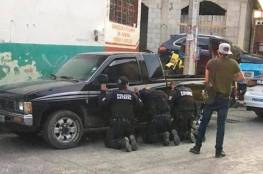 """عصابة تختطف 11 شرطيا و""""تهينهم"""" في الشارع"""
