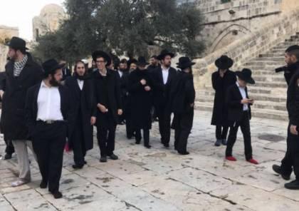 مستوطنون يؤدون طقوساً تلمودية على أبواب الأقصى وفي شوارع القدس