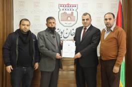 بلدية خان يونس توقع عقدًا لتأهيل شارع رقم14146 يخدم سكان حي السطر