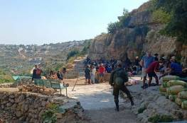 """مستوطنون يقتحمون منطقة """"عين الهوية"""" في حوسان وبحماية عسكرية"""