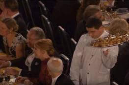 فيديو.. نادل يخطف الأضواء في مأدبة عشاء جائزة نوبل