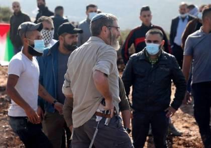 مستوطنون يعتدون على مزارعين في كيسان