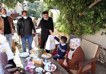 تحت رعاية الرئيس: شؤون اللاجئين توزع هدايا لأطفال مرضى السرطان في غزة