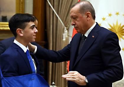 """أردوغان يستقبل الطفل الفلسطيني """"الجنيدي"""" في أنقرة"""