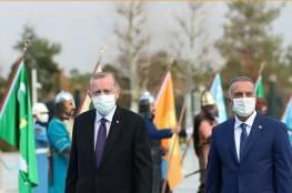 شاهد الموقف الظريف خلال زيارة الوفد العراقي لأنقرة ..أردوغان يعدل قميص الكاظمي