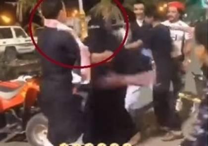 شباب يعتدون على بائعة في السعودية والسلطات تتدخل (فيديو)