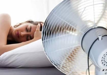 ما أضرار النوم مع مروحة تعمل؟