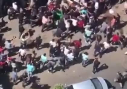 شاهد ..إغلاق جامعة الأزهر بغزة وعراك بالايدي شارك به العشرات امام بواباتها