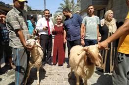 صور: عائلة فلسطينية تذبح خاروفين احتفالا بتفوق ابنتها