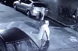 """فيديو  لص """"سيئ الحظ"""" اختار شرطية لسرقتها!"""