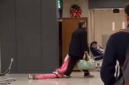 """فيديو.. أب """"يسحل"""" ابنته في المطار!"""