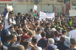 المئات يعتصمون وسط الخليل رفضاً لقانون الضمان الإجتماعي