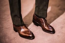 دليلك لارتداء الأحذية البنية مع السراويل