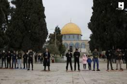 عشرات المقدسيين يؤدون صلاة الجمعة في الأقصى رغم تشديدات الاحتلال