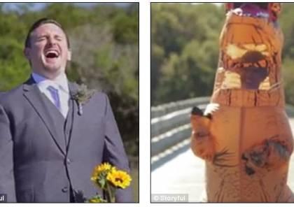 """عروس تحضر حفل زفافها متنكرة في زي """"ديناصور"""" لسبب غريب!"""