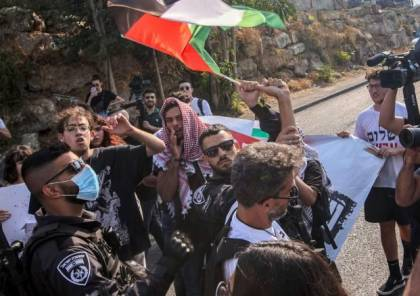 الاحتلال يغلق حي الشيخ جراح بشكل كامل ويعتدي على متضامنين (صور وفيديو)