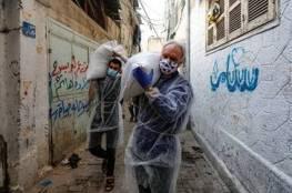 """مدير عمليات الاونروا بغزة""""شمالي"""" يوزع بنفسه المساعدات الغذائية على اللاجئين الفلسطينين"""