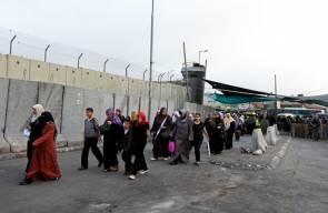 مئات المواطنين على حاجز قلنديا