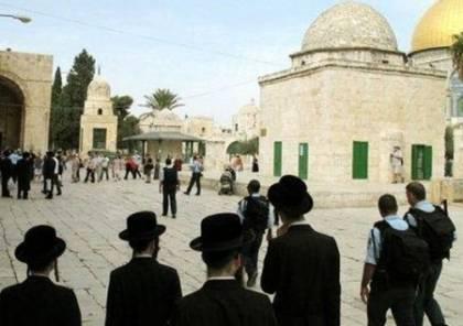 مستوطنون يقتحمون ساحات المسجد الأقصى وسط حراسة شرطة الاحتلال