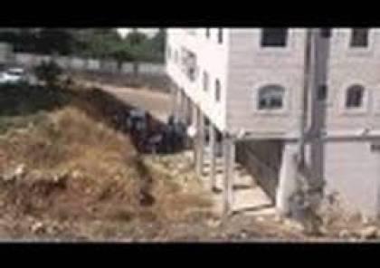بالفيديو: الارتباط الفلسطيني بالخليل يوزع التصاريح بطريقة مهينة ومستفزة