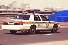 سيدة عارية تسرق سيارة شرطي حاول مساعدتها