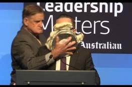 فيديو: رئيس شركة طيران بأستراليا يتعرض لموقف محرج