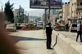 ناشطون يغلقون طريق قلنديا بالسواتر الترابية