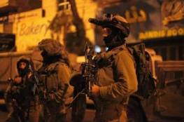 بالأسماء: اعتقال 35 مواطنا في الضفة والقدس وتوغل في غزة