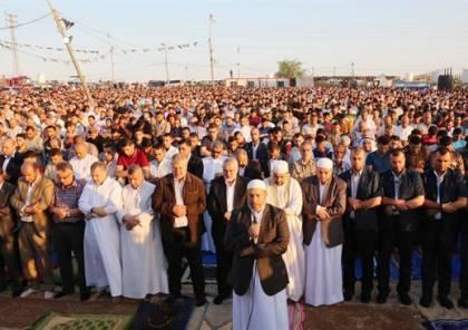عشرات الالاف يؤدون صلاة العيد في مخيمات العودة على حدود غزة