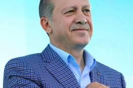 أردوغان يقرأ القرآن والدعاء بعد صلاة التراويح (شاهد)