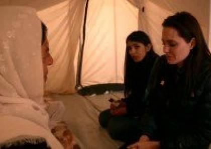 فيديو: الممثلة العالمية أنجلينا جولي تبكي في أحضان امرأة عراقية و تتحدى داعش
