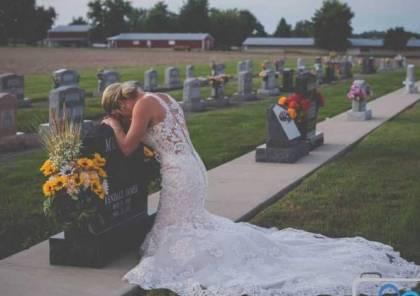 """صورة """"مؤلمة"""" لعروس عند قبر عريسها في يوم الزفاف"""