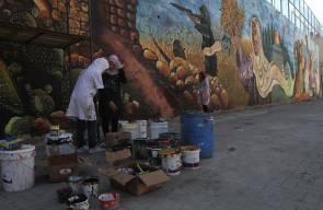 فنانون يرسمون جدارية