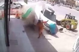 فيديو يحبس الأنفاس لعامل نجا من موت محقق