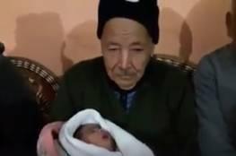 فيديو: ثمانيني من غزة يرزق بطفل ويأمل بثلاثة آخرين