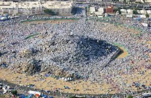 الحجاج المسلمون يقفون على جبل عرفات بمكة