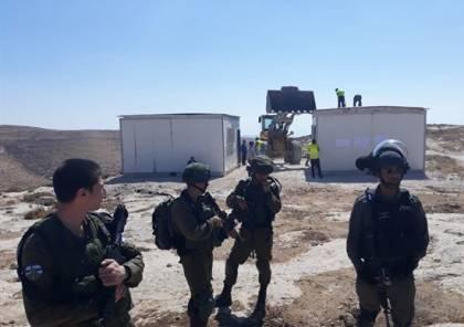 """الاحتلال يزيل """"كرافانات"""" مدرسة التحدي والصمود شرق يطا"""