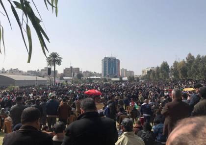 صور: الالاف يحتشدون في ساحة السرايا بغزة للمطالبة برحيل الرئيس عباس