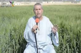 بجلباب ومن حقل قمح.. عكاشة يظهر من جديد مشبّهاً السيسي بمحمد علي (فيديو)