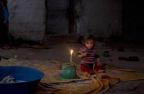 الأطفال يلهون ويدرسون على أضواء الشموع بغزة