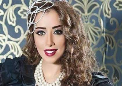 شاهد.. سقوط فستان فنانة يمنية في حفل زفافها