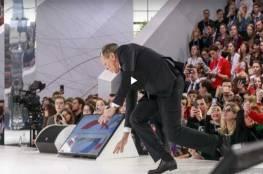 فيديو: لافروف يمازح جمهوره بعد سقوطه على المسرح