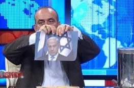 فيديو: اعلامي تركي يمزق ويحرق صورة نتنياهو ردا على حرقه وثيقة حماس