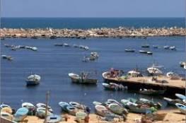 انتشال عائلة سقطت مركبتها في ميناء غزة