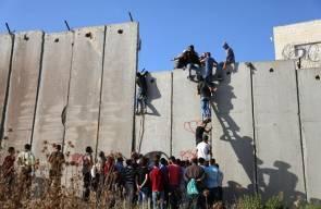 شبان يتسلقون جدار الفصل للصلاة