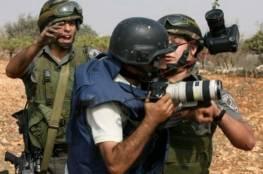 جيش الاحتلال يطلق قنابل الغاز تجاه وقفة احتجاجية للصحفيين شرق البريج